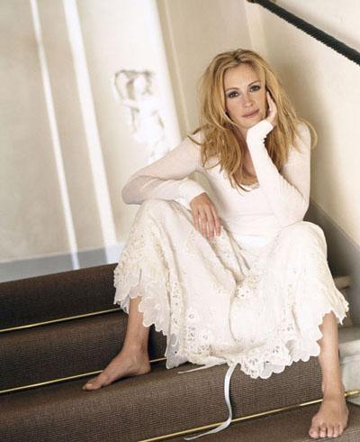 Джулия Робертс на ступеньках в белом платье