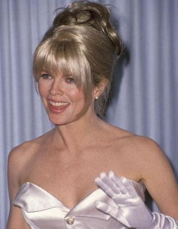Ким Бессинджер в белом платье