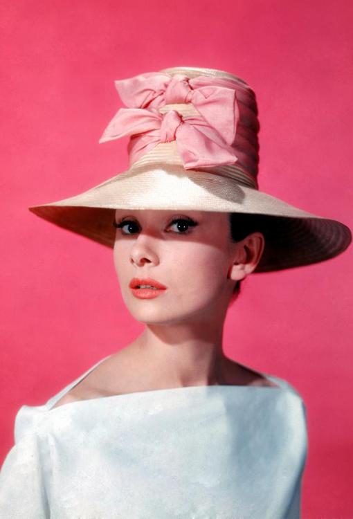 Одри Хепберн в шляпке с бантом
