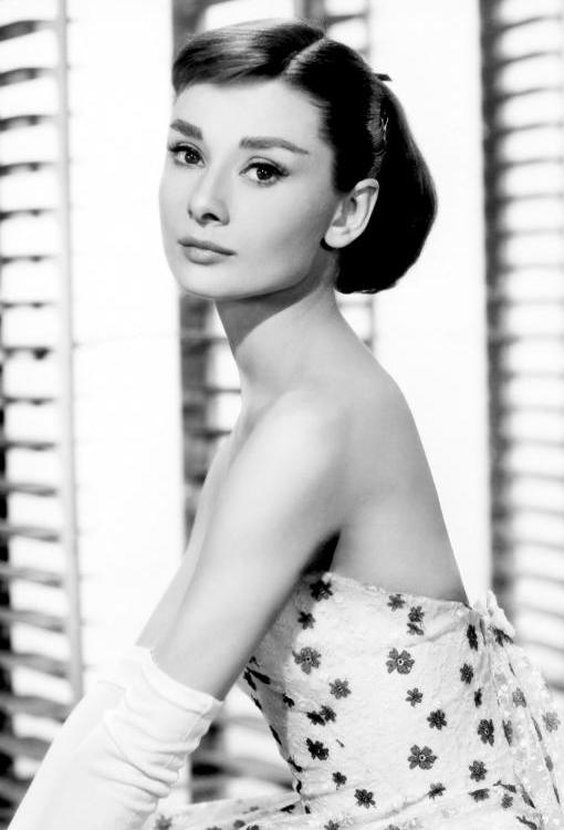 Одри Хепберн в белом платье в цветочек образ из фильма