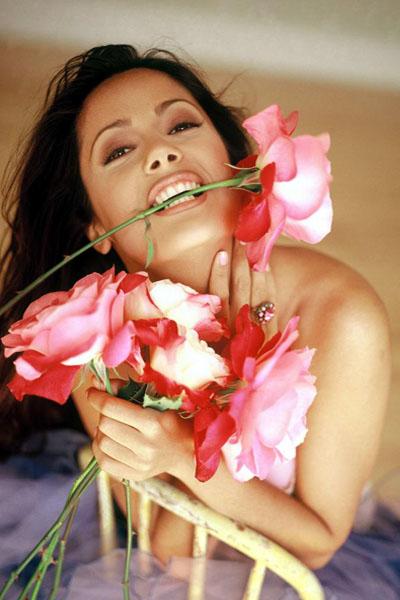 Сальма с цветком во рту