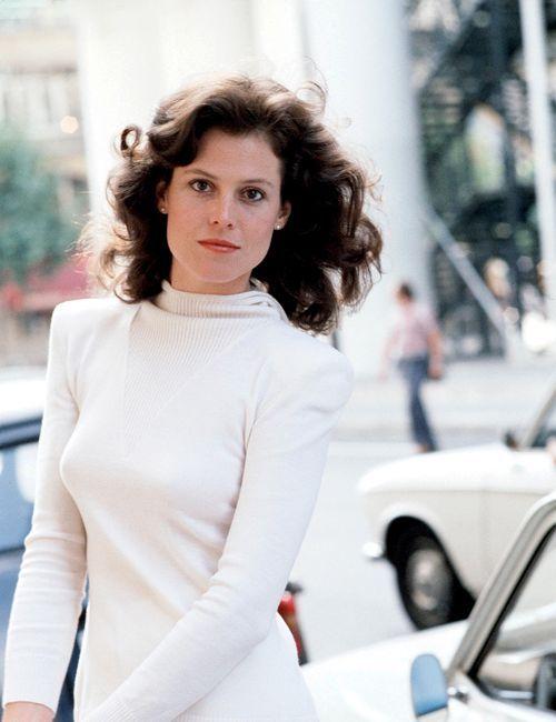 Сигурни Уивер молоденькая в белом платье