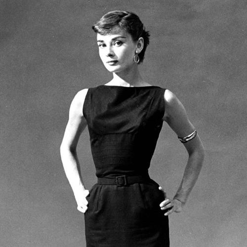 Одри Хепберн в узком черном платье
