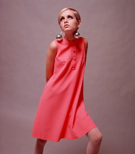 Твигги в розовом платье