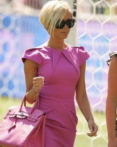 Виктория Бекхэм образ в розовом платье