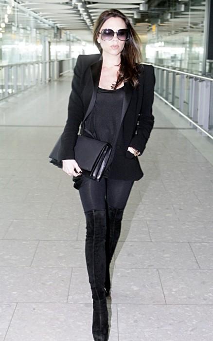 Виктория Бекхэм в черном брючном узком костюме