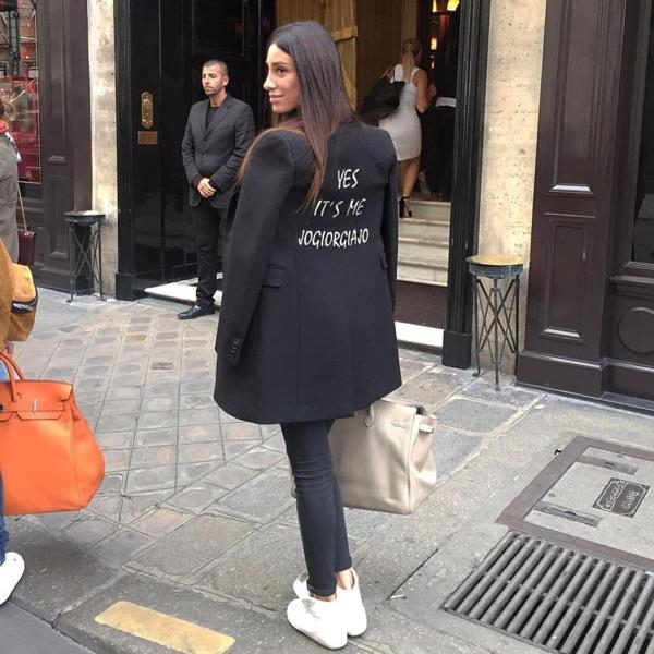 Джорджия Габриэле в стильном черном пиджаке