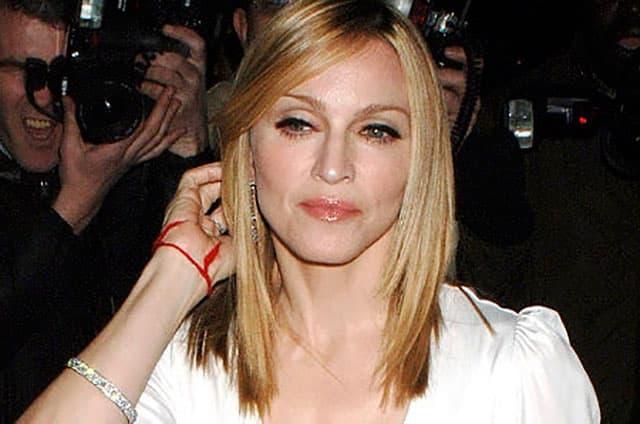 красная нить на запястье у Мадонны