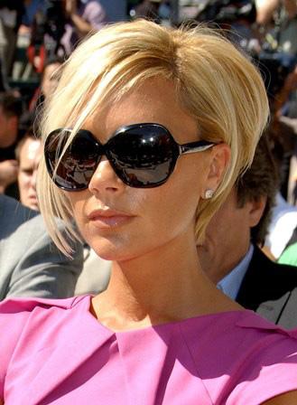 Ассиметричная стрижка Виктории Бекхэм фото слева в очках
