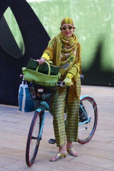 стильные женщины за 70 на фото старушка с велосипедом