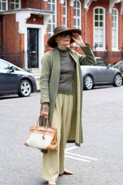 женщина в возрасте, стильно одетая