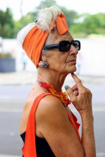 стильная старушка в ярко-оранжевой одежде