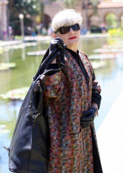 дама в возрасте в ярком длинном стильном пальто