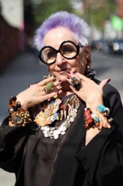 дама со стильной прической и крупными очками
