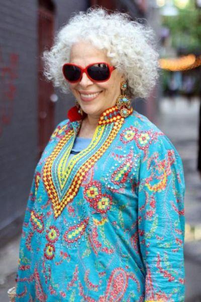 женщина в голубом стильном платье
