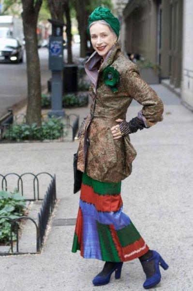 стильные женщины за 70 яркая дама в зеленом платке и яркой юбке на фото