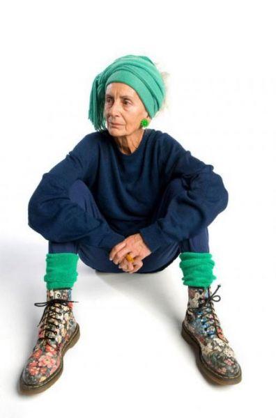стильные женщины за 70 старушка в кедах и в бандане на фото