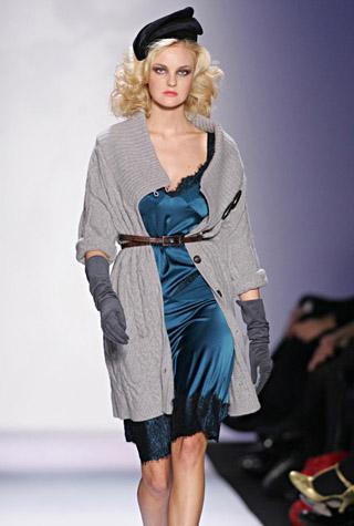 кардиган в сочетании с шелковым платьем