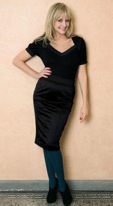 Твигги в черном платье и темно-зеленых колготках